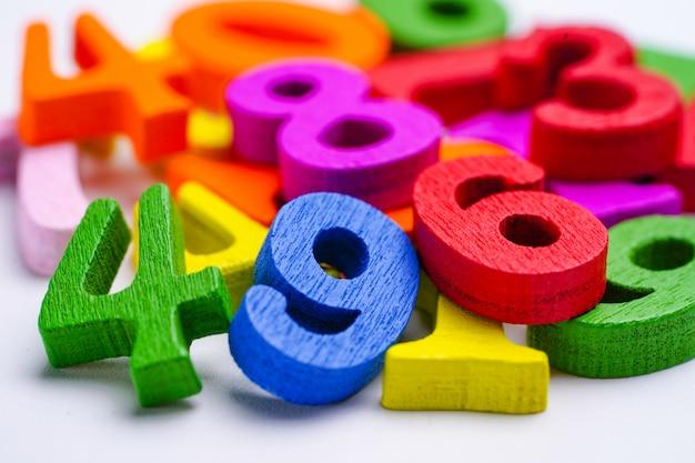 Nombre de mathématiques coloré sur blanc