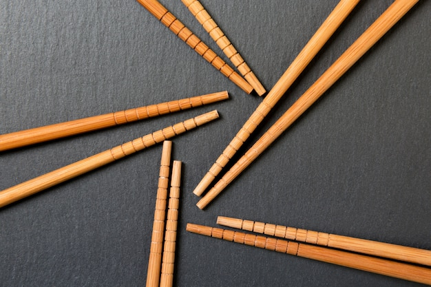 De nombreuses baguettes de bambou sur ardoise noire