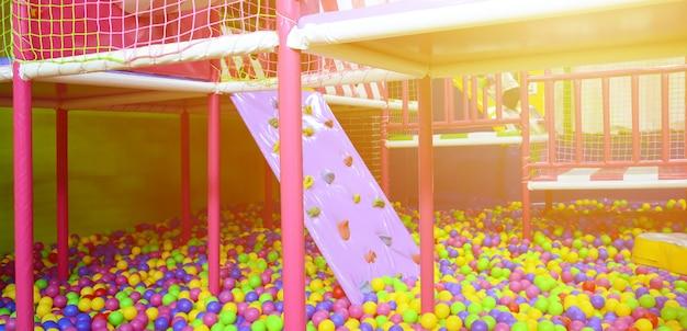 Nombreuses balles en plastique colorées dans le poste de pilotage d'un enfant sur un terrain de jeu