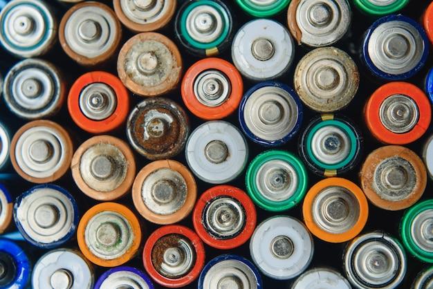De nombreuses batteries usagées de différents fabricants