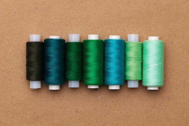 De nombreuses bobines de fils colorés en arrière-plan