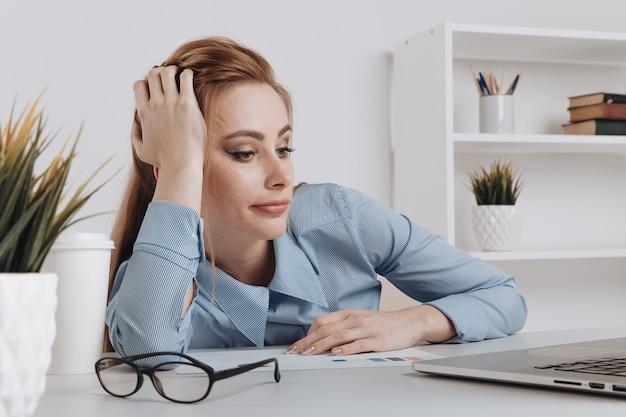De nombreuses boîtes en papier dans un petit panier sur un clavier d'ordinateur portable concepts sur les achats en ligne que les consommateurs peuvent acheter directement de leur maison ou de leur bureau en quelques clics via un navigateur web