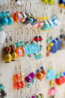 Nombreuses boucles d'oreilles colorées en vente au marché