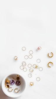 De nombreuses boucles d'oreilles sur table en marbre blanc