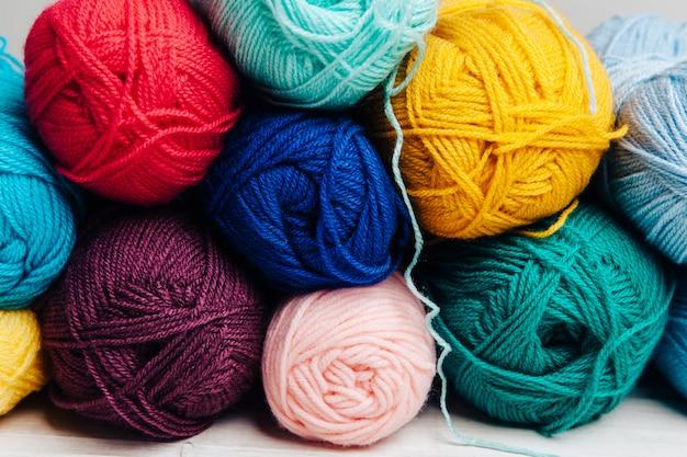 De nombreuses boules de laine