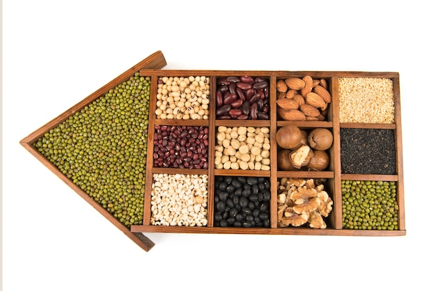 De nombreuses céréales telles que les noix, la macadamia, les pois verts, les amandes et autres isolés sur blanc.