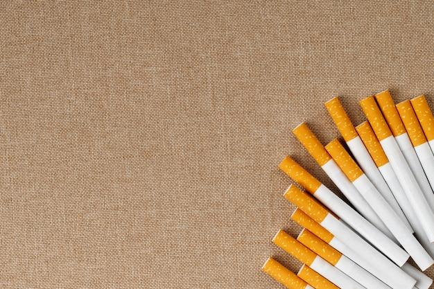 De nombreuses cigarettes sont placées sur le plancher en bois, elles sont nocives pour la santé.