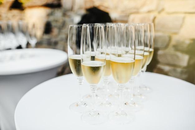 De nombreuses coupes de champagne
