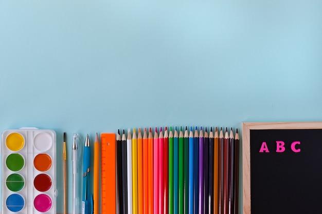 De nombreuses fournitures scolaires différentes copient l'espace