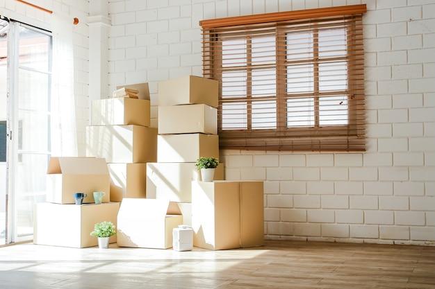 De nombreuses grandes boîtes en papier brun ont été placées à l'entrée de la maison. concepts de réinstallation. copie espace