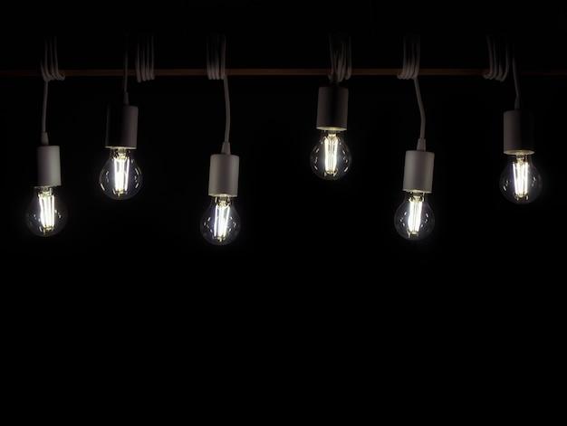 De nombreuses lampes à led rétro accrochées à la planche en bois