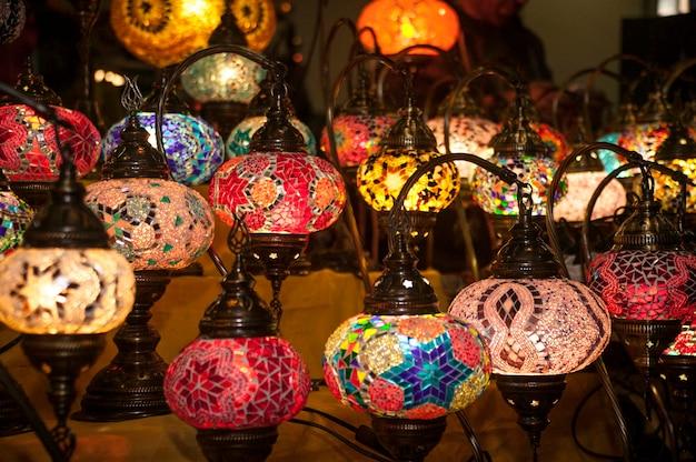 De nombreuses lampes orientales exposées dans une boutique d'objets ornementaux