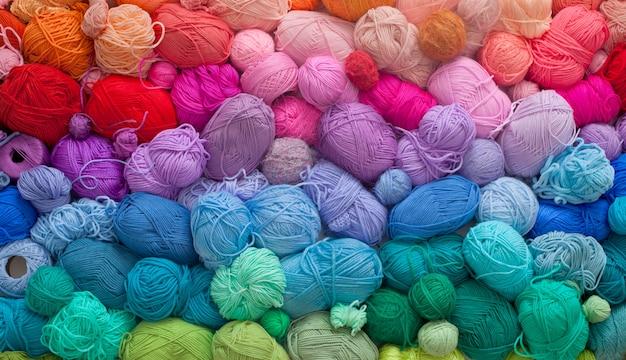 De nombreuses pelotes colorées de fils de laine et de coton