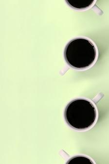 De nombreuses petites tasses à café blanches, vue de dessus