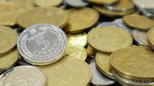 De nombreuses pièces de monnaie ukrainiennes. monnaie nationale. concept d'entreprise. centimes ukrainiens. le concept de dénomination de nouvelles et de retrait de vieilles pièces.