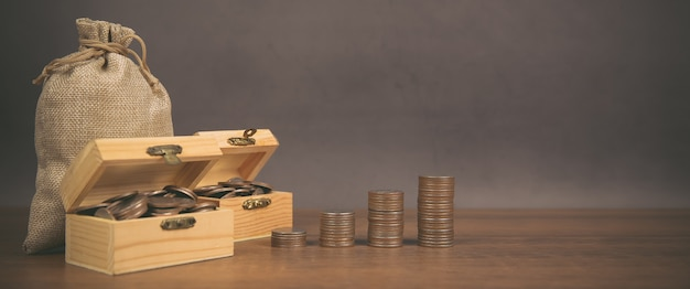 De nombreuses pièces sont empilées sous forme de graphique, concept d'économie d'argent.