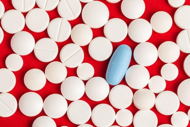 De nombreuses pilules de médecine se bouchent sur le rouge