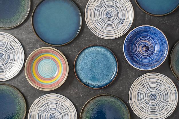 De nombreuses plaques en céramique vide de couleur sur fond noir