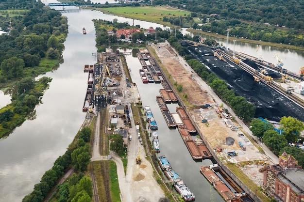 De nombreuses rivières se confondent en une seule. ancrage pour barges transportant du charbon, pologne wroclaw