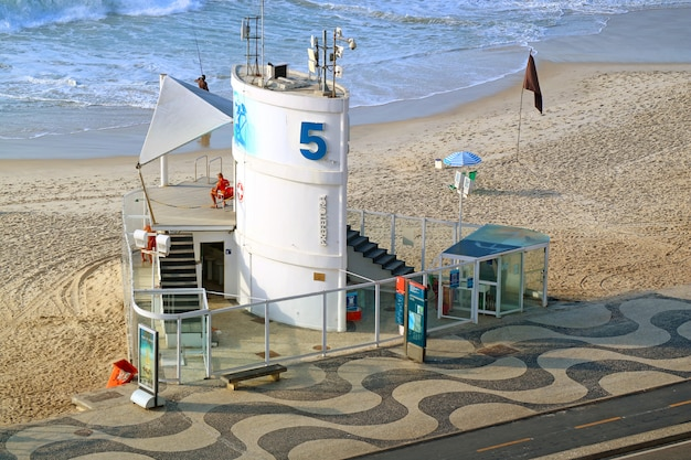 L'une des nombreuses stations de sauvetage sur la plage de copacabana à rio de janeiro, brésil, amérique du sud