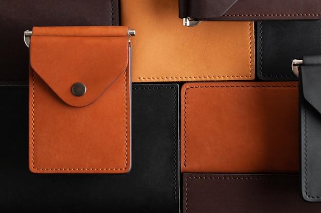 De nombreux arrière-plans de portefeuilles en cuir fabriqués à la main
