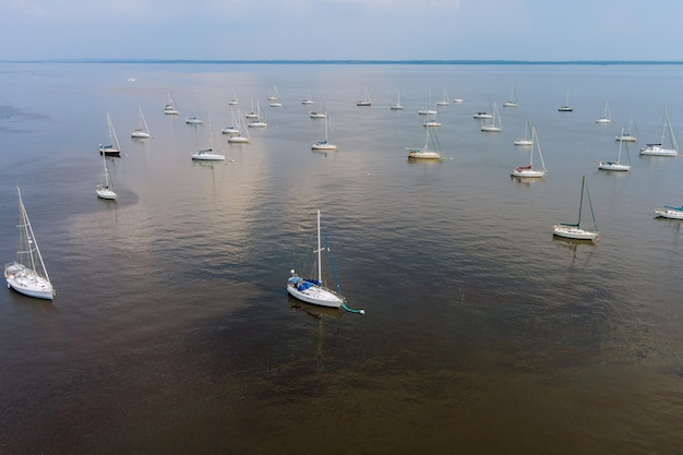 De nombreux bateaux dans un quai, port sur bateau flottant sur l'océan beau voyage nature