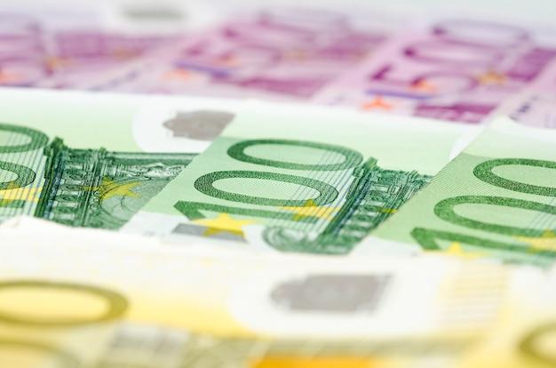 Nombreux billets en euros.