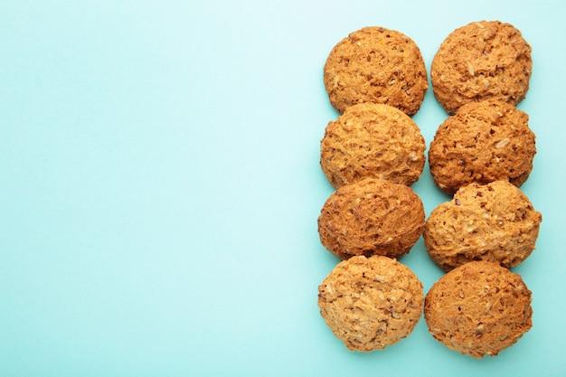 De nombreux biscuits à l'avoine sur fond bleu.