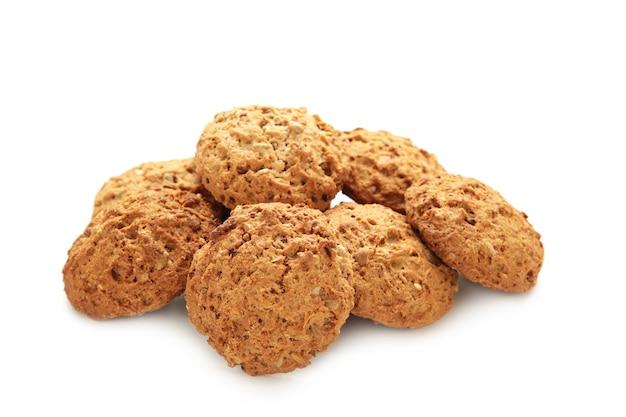 De nombreux biscuits à l'avoine isolés sur fond blanc.