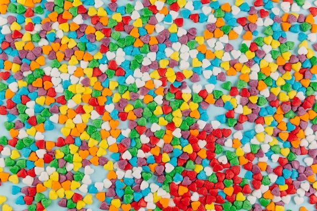De nombreux bonbons en forme de cœur répartis sur la surface