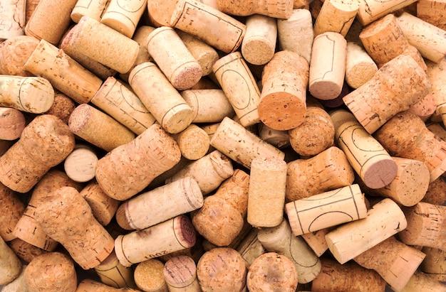 De nombreux bouchons de vin