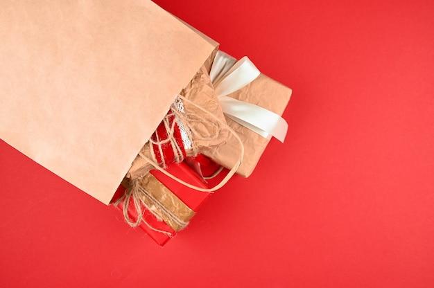 De nombreux cadeaux tombant d'un sac en papier