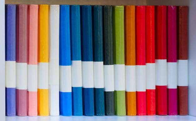 De nombreux cahiers multicolores sur une étagère blanche, concept de retour à l'école