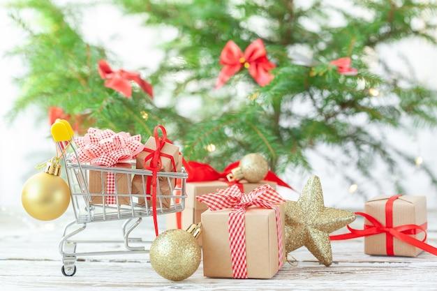 De nombreux coffrets cadeaux de noël avec ruban rouge sous le sapin de noël