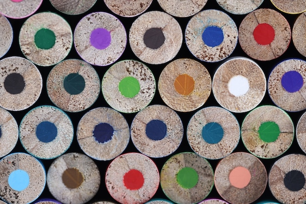 De nombreux crayons en bois multicolores émoussés closeup background