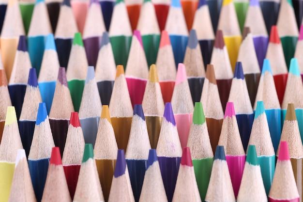 De nombreux crayons en bois multicolores pointus closeup background