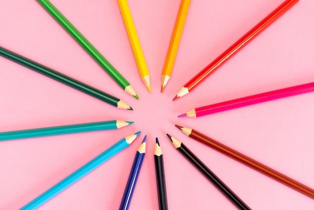 De nombreux crayons de couleurs différentes sur fond blanc