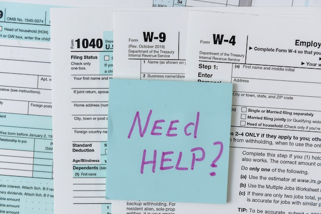 De nombreux formulaires d'impôt aux états-unis. w4 w9 et 1040 formulaire à remplir en avril. heure de l'impôt