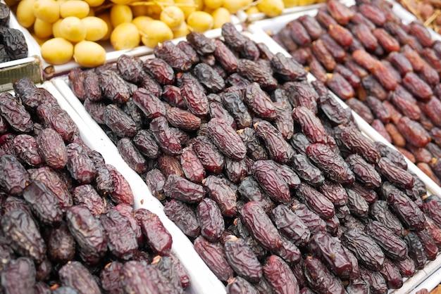 De nombreux fruits dattes sont exposés à la vente au marché local