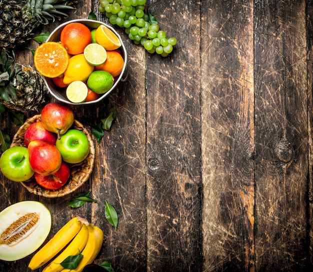 De nombreux fruits différents. sur un fond en bois.
