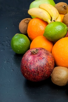 Nombreux fruits sur fond noir