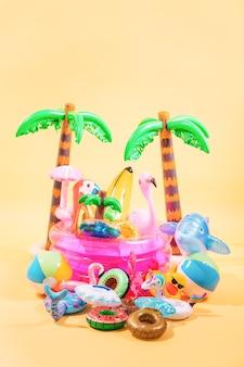 De nombreux gonflables de piscine de différentes formes et couleurs