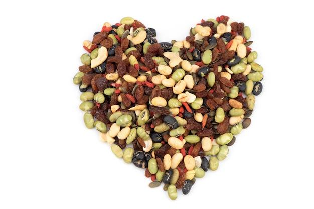 De nombreux grains et bienfaits pour la santé sur un fond blanc.