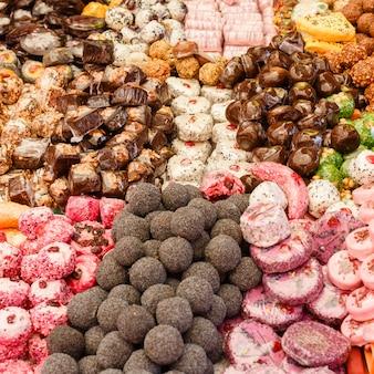 De nombreux gros plans colorés de délicieux bonbons sucrés lors d'une fête d'enfants