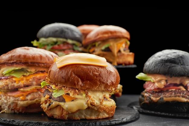 De nombreux hamburgers différents sur une faible profondeur de champ sombre