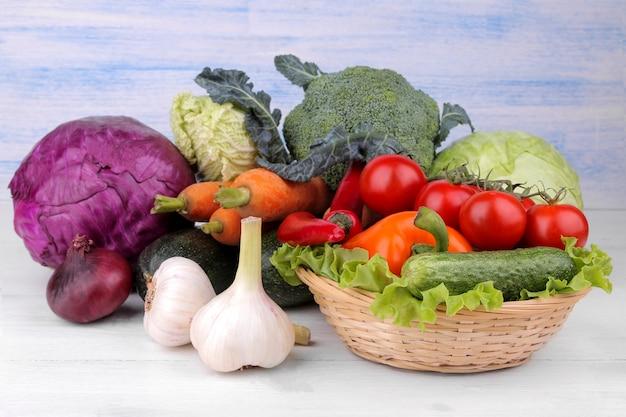 De nombreux légumes différents dans le panier sur la table