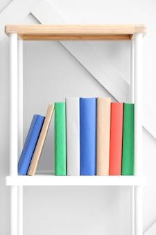 De Nombreux Livres Sur Une étagère à L'intérieur Photo Premium