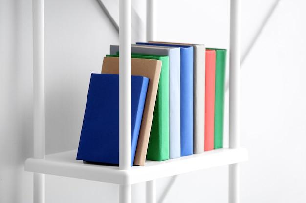 De nombreux livres sur une étagère à l'intérieur