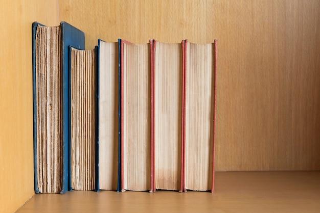 De nombreux livres sont placés sur les étagères des bibliothèques.