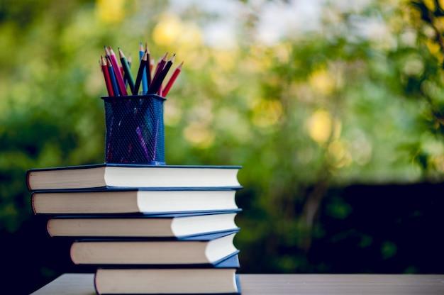 De nombreux livres sont placés sur la table, des fournitures scolaires. concept d'éducation